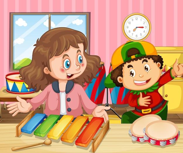 두 아이가 실로폰과 탬버린을 연주하는 장면