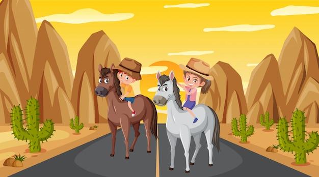 2人の子供が路上で馬に乗るシーン