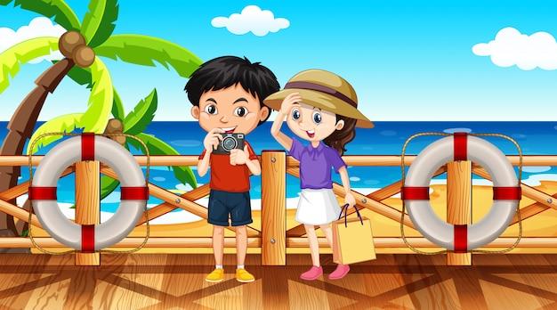 Сцена с двумя туристами на пляже в дневное время