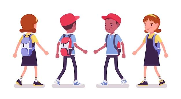 평상복을 입고 걷는 학교 소년과 소녀