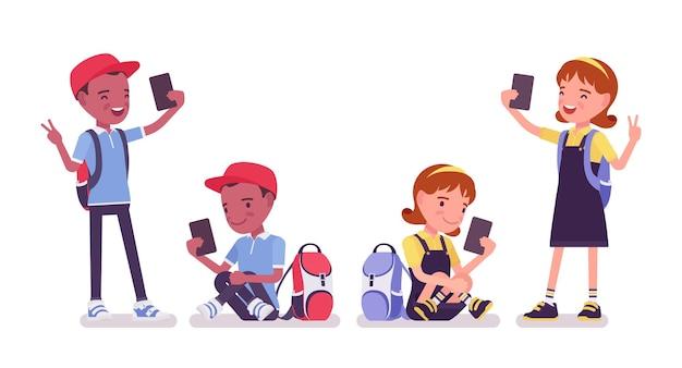 가제트, 스마트폰 학교 소년과 소녀. 셀카를 찍는 귀여운 어린 아이들, 활동적인 어린 아이들, 7세에서 9세 사이의 똑똑한 초등학생. 벡터 평면 스타일 만화 일러스트 레이 션