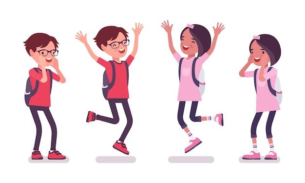 学校の男の子、カジュアルな服装の女の子がジャンプ、叫びます。リュックサックを持ったかわいい小さな子供たち、アクティブな若い友達の子供たち、7、9歳の間の賢い小学生。ベクトルフラットスタイルの漫画イラスト