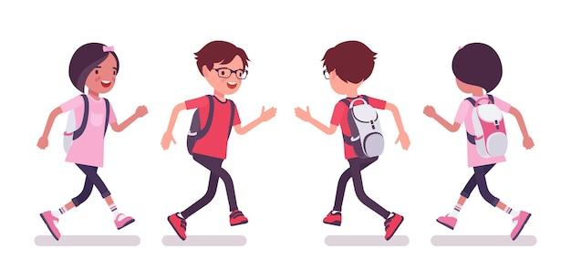 男子生徒、カジュアルウェアの女の子が走っています。リュックサックを持ったかわいい小さな子供たち、アクティブな若い友達の子供たち、7歳から9歳までの賢い小学生。ベクトルフラットスタイルの漫画イラスト