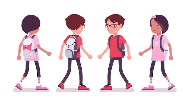 歩くカジュアルな服装の男子生徒と女の子
