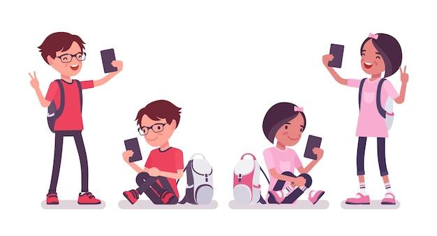 학교 소년, 가제트를 가진 소녀, 스마트폰 셀카. 배낭을 메고 다니는 귀여운 어린 아이들, 활동적인 어린 친구 아이들, 7~9세 사이의 똑똑한 초등학생들. 벡터 평면 스타일 만화 일러스트 레이 션