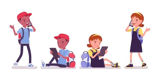 학교 소년, 가제트와 소녀, 스마트폰, 태블릿. 전화 통화를 하는 귀여운 어린 아이들, 활동적인 어린 아이들, 7~9세 사이의 똑똑한 초등학생들. 벡터 평면 스타일 만화 일러스트 레이 션