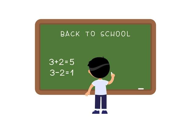 Ragazzo della scuola in piedi vicino alla lavagna studente di scuola elementare che risolve esercizi matematici