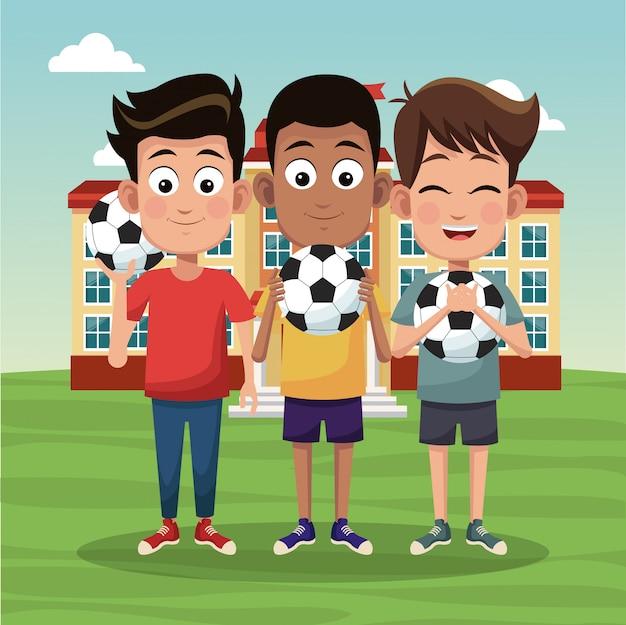 Школьные мальчики с футбольными мячами