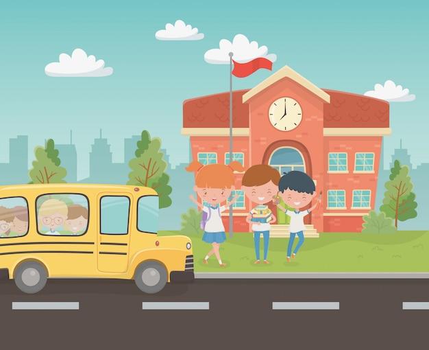현장에서 아이들과 함께 학교 건물과 버스