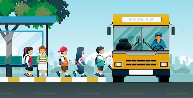 스쿨 버스는 버스 정류장에서 학생들을 태 웁니다.