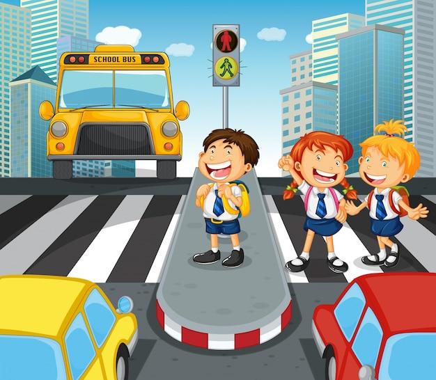 都市の街を横断する学校の子供たち
