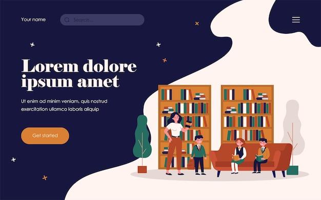 도서관에서 책을 읽는 학교 아이들. 여성 사서, 책장, 학생 평면 벡터 일러스트 레이 션. 배너, 웹 사이트 디자인 또는 방문 웹 페이지에 대한 교육, 문학, 지식 개념