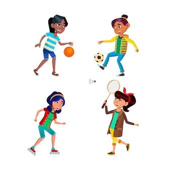 스포츠 게임 활성 세트를 재생하는 여학생. 농구와 축구를 하고 롤러를 타고 배드민턴을 하는 여학생들.