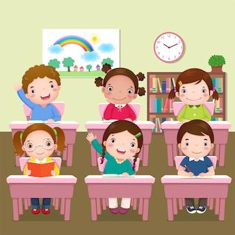 Школьники учатся в классе
