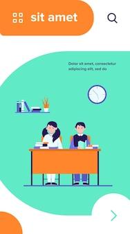 Школьники в классе. дети-подростки сидят за столом и читают книги плоские векторные иллюстрации