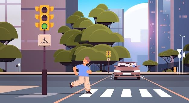 횡단 보도에서 달리는 남학생과 운전자가 즉시 차를 멈 춥니 다. 도로에서 달리지 마십시오.