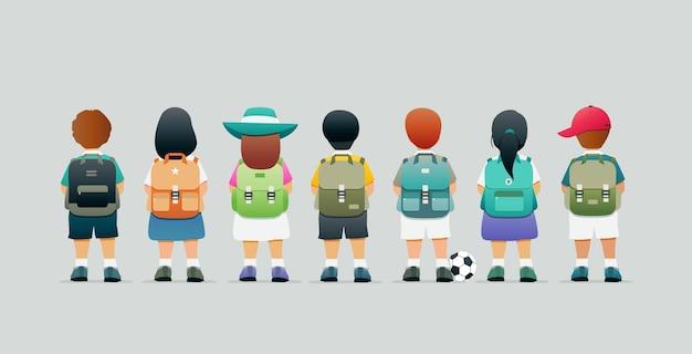 Школьник стоит за рюкзаком