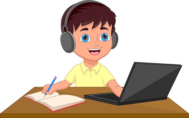 ノートパソコンの前で勉強している男子生徒