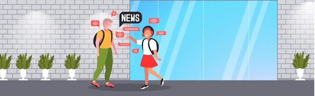 Пара школьников болтает во время встречи, обсуждая концепцию коммуникации пузыря ежедневного чата новостей. горизонтальная полная длина иллюстрации