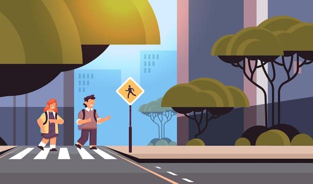 간판 도로 안전 횡단 보도에서 도로를 횡단하는 학생