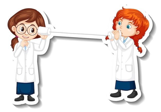 Bambini scienziati che parlano con il telefono a tazza