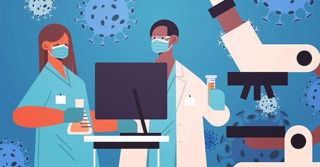 Пара ученых разрабатывает новую вакцину против коронавируса в лаборатории смешанные исследователи гонок в масках работают над разработкой вакцины под микроскопом борьба с концепцией covid-19 горизонтальная иллюстрация