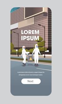 주의 기호 청소 소독 코로나 바이러스 세포 전염병 mers-cov 바이러스 우한 2019-ncov 스마트 폰 화면 모바일 앱 복사 공간 배럴을 들고 위험 복에 과학자