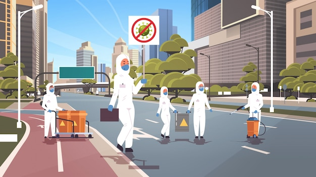 Hazmat 정장 과학자 중지 코로나 바이러스 배너 사람들이 청소 전염병 바이러스 빈 도시 거리 우한 전염병 건강 위험 전체 길이 가로 청소