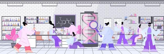 과학자들은 dna 연구자들과 협력하여 실험실 dna 테스트 유전자 진단 개념을 실험합니다.