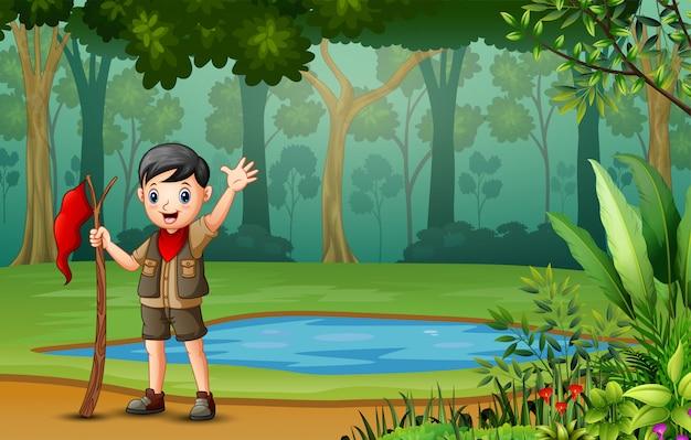森でのハイキングスカウト少年