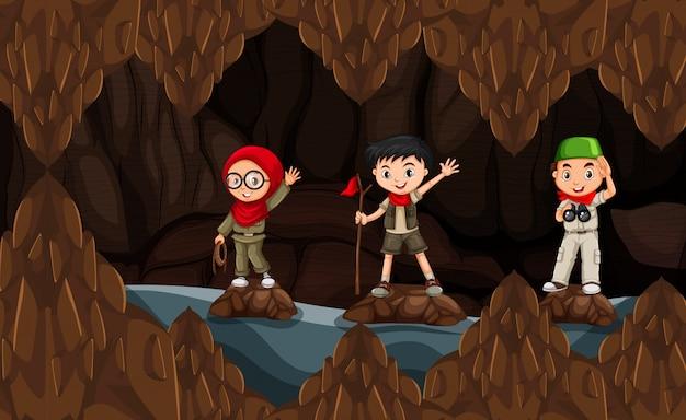 Разведчик, исследующий темную пещеру