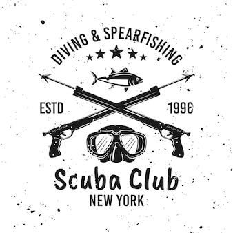 스쿠버 다이빙 클럽 및 스피어피싱 벡터 단색 엠블럼, 레이블, 배지 또는 로고가 제거 가능한 그루지 텍스처가 있는 배경에 있습니다.