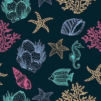 海の動物、ヒトデ、雄鶏の貝殻手描きシームレスパターン。