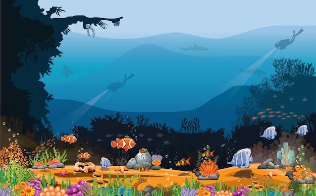Морской фон дайверы и рыбы роятся в океане