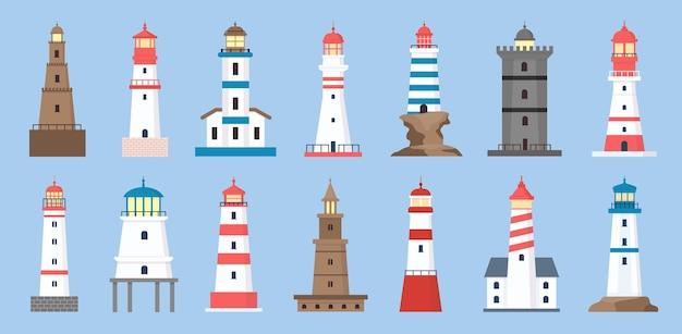 Морские маяки. маяк побережья с лучом прожектора. мультяшный парусник навигационной башни. набор морских маяков на океане вектор. иллюстрация руководство по строительству, морской маяк, маяк и прожектор