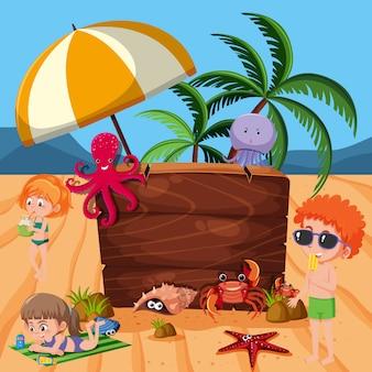 해변에서 바다 생물과 아이들