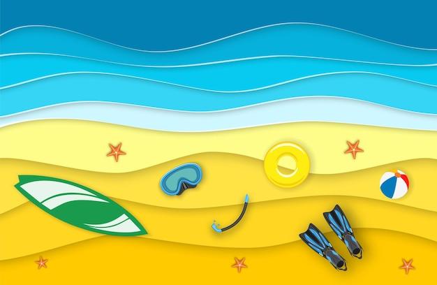 ビーチ、波、サーフボードのある海の風景。