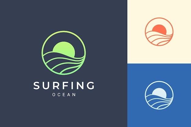 파도와 태양이 있는 바다 또는 물 테마 로고