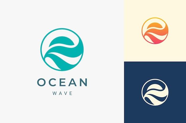 단순한 태양과 바다 모양의 바다 또는 해안가 로고