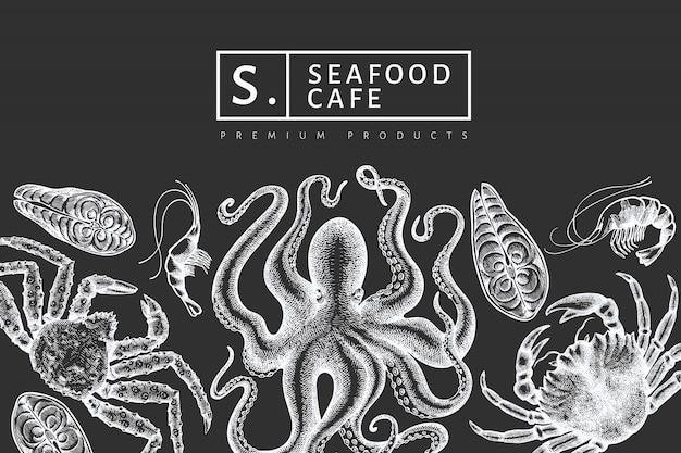 シーフードのデザイン。手は、チョークボードにシーフードのイラストを描いた。刻まれたスタイルの食品バナー。レトロな海の動物の背景