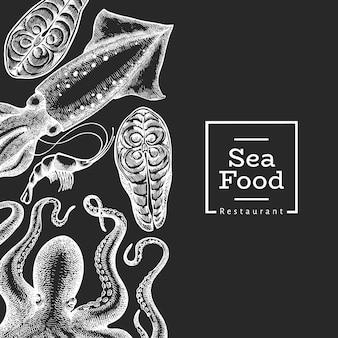 シーフードのデザインテンプレートです。手は、チョークボードにシーフードのイラストを描いた。刻まれたスタイルの食品バナー。レトロな海の動物の背景