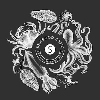 シーフードデザインテンプレート。チョークボードに描かれたシーフードイラストを手します。刻まれたスタイルの食べ物。レトロな海の動物の背景