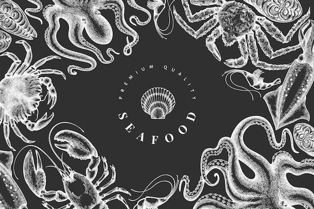 해산물 디자인 템플릿입니다. 분필 보드에 손으로 그린 해산물 그림입니다. 새겨진 스타일.