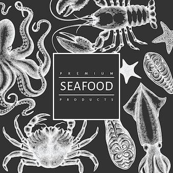 해산물 디자인 템플릿입니다. 분필 보드에 손으로 그린 해산물 그림입니다. 빈티지 바다 동물