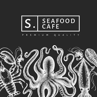シーフードのデザインテンプレートです。手は、チョークボードにベクトルシーフードイラストを描いた。刻まれたスタイルの食品バナー。レトロな海の動物の背景