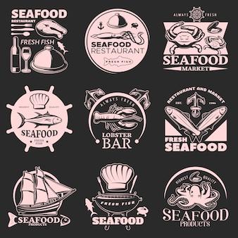 Эмблема с морепродуктами на темном фоне с заголовками свежих морепродуктов и свежей рыбы высшего качества