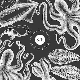 Морепродукты . нарисованная рукой иллюстрация морепродуктов на доске мела. выгравированный стиль еды ретро морские животные фон