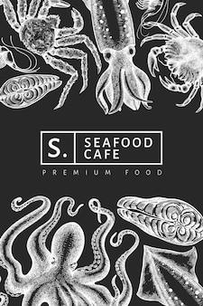 Шаблон морепродуктов. нарисованная рукой иллюстрация морепродуктов на доске мела. выгравированный стиль еды баннер. ретро морские животные фон