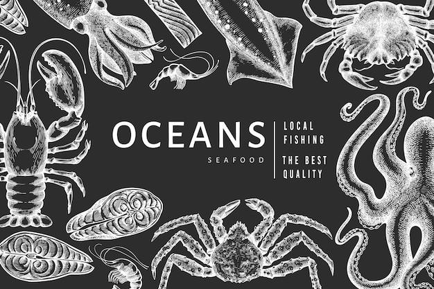 해산물 템플릿. 분필 보드에 손으로 그린 해산물 그림입니다. 새겨진 스타일 음식 배너. 빈티지 바다 동물 배경