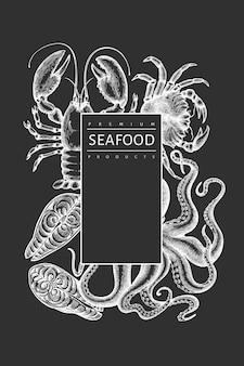 해산물 템플릿. 분필 보드에 손으로 그린 해산물 그림입니다. 새겨진 스타일 음식 배너.